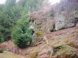 La réplique de la grotte de Lourdes est aménagée dans une paroi rocheuse naturelle de grès rose.