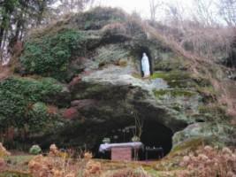 Une belle réplique de la grotte de Lourdes est érigée dans la paroisse de Schorbach.