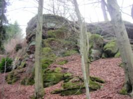 La grotte est nichée dans une impressionnante paroi rocheuse de grès rose.