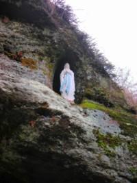 La statue de Notre-Dame de Lourdes est nichée dans le rocher.